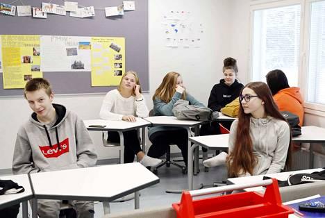 Edessä istuva Henna Saranpää ja Iida Rajala takarivissä vasemmalla toimivat tukioppilaina. 9b-luokan tytöt ovat olleet mukana toteuttamassa 7.-luokkalaisten ryhmäyttämistä ja todenneet sen toimivaksi keinoksi hyvän luokkahengen luomisessa.
