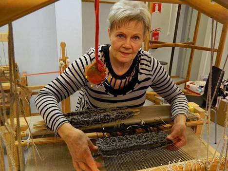 Helena Mäkinen halusi huivin, joka ei kutita. Nyt sellainen on työn alla.