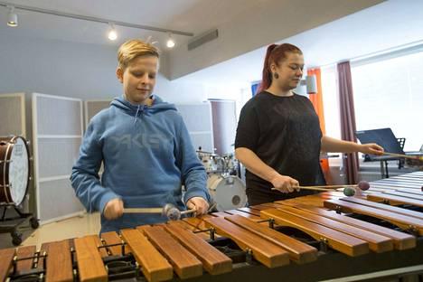 Niko Ketola ja opettaja Leena Nousiainen soittavat marimballa Sirkusponi-kappaleen.