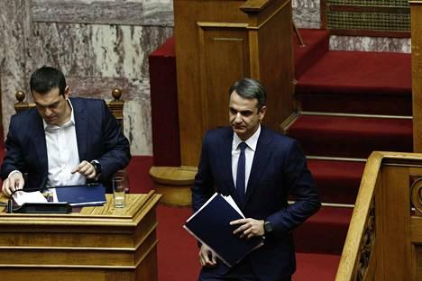 Kreikan oppositiojohtaja Kyriakos Mitsotakis (oik.) vastustaa pääministeri Alexis Tsiprasin (vas.) neuvottelemaa Makedonia-sopimusta,