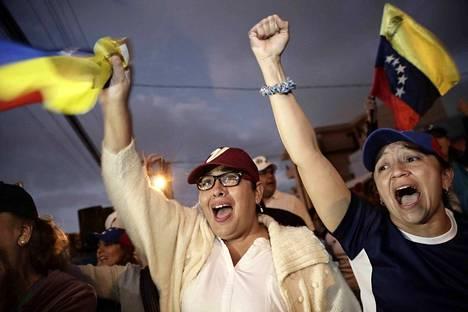 Costa Ricassa asuvat venezuelalaiset ottivat ilon irti Juan Guaidón julistuksesta.