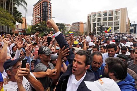 Venezuelan parlamentin puhemies Juan Guaidó tervehti pääkaupungissa Caracasissa väkijoukkoja ilmoitettuaan olevansa maan uusi presidentti.