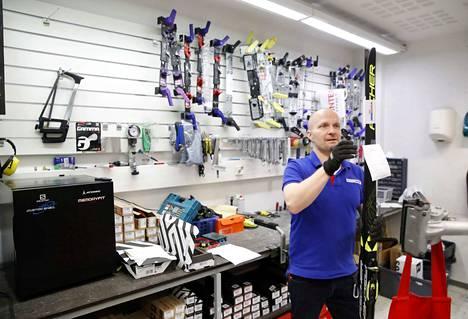 Aki Seppälällä on vuosikymmenien kokemus urheilukaupasta. Hän aloitti IsoKarhun Intersportin kauppiaana vuonna 2017 yhdessä vaimonsa Mairen kanssa.