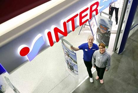 Kauppiaspariskunta Aki ja Maire Seppälä aloittivat Isossa Karhussa Intersportin kauppiana vuonna 2017. Uusi myymälä Puuvillassa aukeaa tämän vuoden lopulla.