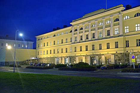 Ulkoministeriö joutui huijatuksi netissä. Rikoshyöty oli aluksi jopa 400 000 euroa.