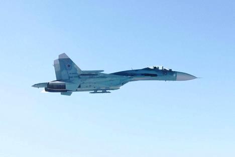 """Ilmavoimat kuvasi Suhoi 27 -koneen torstaina Suomenlahden yllä. Su-27, Nato-koodinimeltään """"Flanker"""", on kaksimoottorinen ilmaherruus- ja monitoimihävittäjä."""