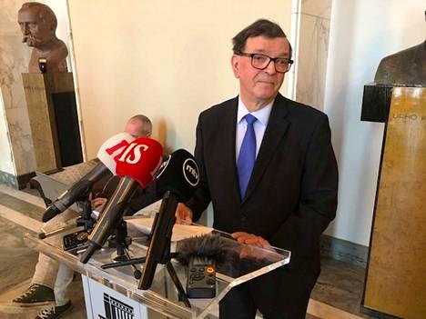 Paavo Väyrynen kertoi protestistaan tiedostusvälineille eduskunnassa torstaina ennen kyselytuntia.