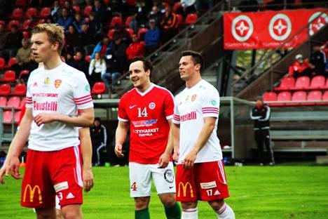 Waltteri Riihimäki (punaisessa paidassa) pelasi viime kaudella myös TPV:ssä Kakkosta.