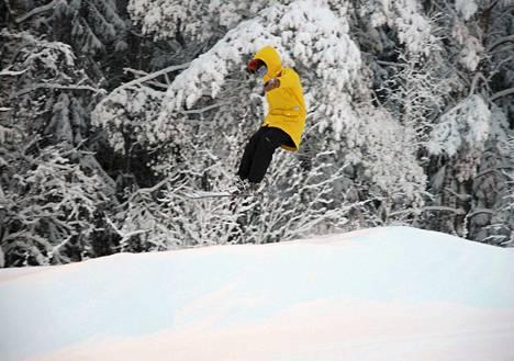 Korkeakankaan päärinne on nyt hienossa kunnossa. Rasmus Haataja näyttää hyppäämisen mallia. Pari hyvää hyppypaikkaa tehdään vielä hiukan alemmaksi rinnettä.