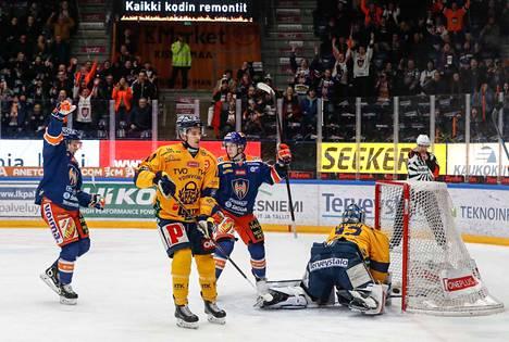 Tappara meni avauserässä 1–0-johtoon. Jan-Mikael Järvinen (vas.) sai viimeistellä käytännössä tyhjään Lukon maaliin.