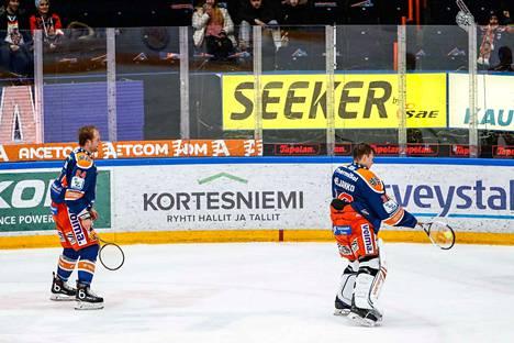 """Ben Blood ja Christian Heljanko viihdyttivät ottelun jälkeen yleisöä pelaamassa """"squashia""""."""