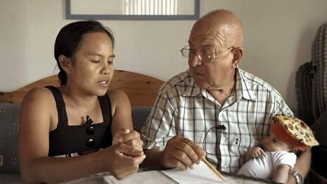 Filippiiniläinen Ana asuu Korppoossa Torgilsin ja Thea-tyttären kanssa. Hän työskentelee vanhusten palvelutalossa ja opettelee kieltä.
