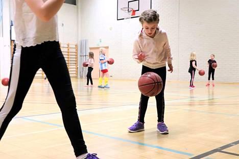 Koripeikkojen uusi, 8–10-vuotiaiden tyttöjen ryhmä on ottanut lentävän lähdön. Vastaavanlaista ryhmää ei Jämsässä ole aiemmin ollut ja yli 30 osallistuneen määrä on yllättänyt positiivisesti.