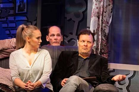 Emmi Kaislakari, Auvo Vihro ja Tommi Raitolehto TTT:n kotimaisessa uutuuskomediassa Avustettu itserakkaus. Näytelmään on koottu taitava näyttelijäjoukko, jonka yhteispeli sujuu saumatta.