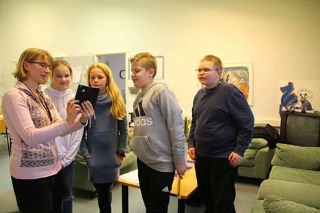 Satu Matikainen otti videopuhelun Lissaboniin ja Janette Junttila, Inna Mäkelä, Sampo Järvinen ja Teemu Romppanen pääsivät puhumaan portugalilaisten isäntiensä kanssa. Lapset lähtevät helmikuun alussa viikoksi Erasmus-vaihtoon.