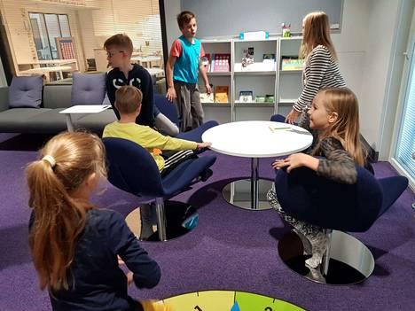Tämäntapaiselta näyttää nykyaikaisessa koulussa. Joukko Roukon oppilaita esitteli Tyryn koulun moderneimpia tiloja viime vuonna.
