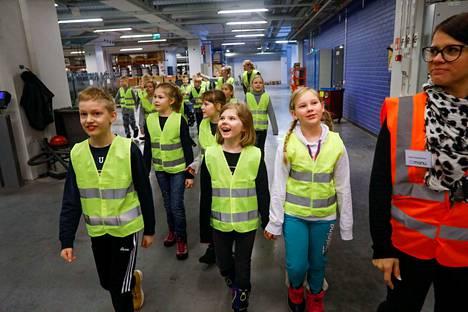 Aamulehdessä vierailee Sanomalehtiviikon aikana lähes 400 koululaista. Viime vuonna koululuokka vieraili Sarankulmassa Aamulehden painossa.