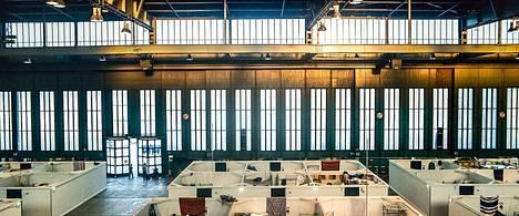 Tempelhofin lentokenttä Berliinissä on muuttunut tuhansien pakolaisten majoituspaikaksi. Asunnot ovat kaikuvia kopperoita, joiden valot sammuvat illalla yhden napin painalluksella. Paikka on tarkoitettu muutaman viikon hätämajoitukseen, mutta asumisjaksot venyvät kuukausiksi.