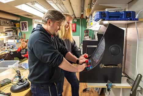 Marko Leppänen ja Ville Savijärvi pelaavat arcade-emulaattorilla jo 1980-luvulta tuttua Bobble bobble-peliä.