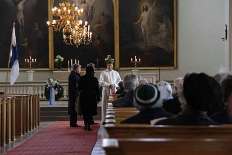 Pitääkö kirkkoherran olla enemmän pappi vai toimitusjohtaja? Kuvassa Sastamalan kirkkoherra Ari Paavilainen seurakuntalaisten keskellä vuonna 2012.