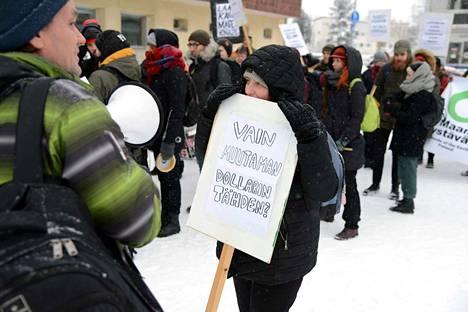 Mielenosoittajat johdatti kulkueeseen Luonnonsuojeluliiton kaivosasiantuntija Jari Natunen (vas.).