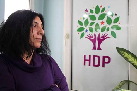 Puoluetyön hintana on monelle vankeus. –Noin tuhat puolueemme jäsentä on vankilassa ja yli 10000 jäsentämme on kierteessä, jossa he aina välillä joutuvat vankilaan poliittisina vankeina. Yritämme silti järjestäytyä, kertoo HDP:n Istanbulin osaston varapuheenjohtaja Esengül Demir.