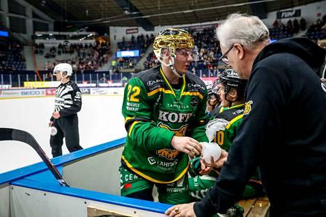 Ruotsalainen sai huoltaja Lasse Laukkaselta jääpussin JYP-koitoksen päätöserässä.