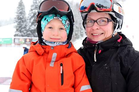 Jämsäläiset äiti ja poika, Anne ja Peetu Järvinen, ovat pukeneet takkiensa alle kerrastot ja pipojen alle välipipot. –Nämä riittävät oikein hyvin, kun pakkasta on vielä alle 20 astetta. Kun sää tästä kylmenee vielä viisi astetta, puetaan väliin toinen kerrasto, Anne Järvinen kertoo.