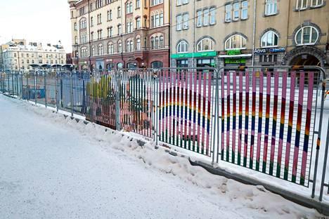 Teosta ovat olleet tekemässä käsityökoulu Näpsän 5–9-vuotiaat oppilaat, joita pyydettiin maalaamaan satumetsiä ja metsämaisemia.