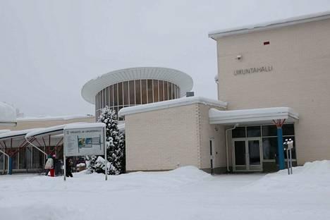 Aurinkopaneelit asennettiin kirjasto-liikuntahallin katolle reilu vuosi sitten. Nyt niitä suunnitellaan myös muihin kiinteistöihin.