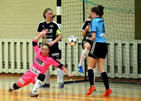 Sofia Hautanen (oik.) teki FC Nokian maalin Futsal-Ykkösen kotiottelussa Mad Maxia vastaan.