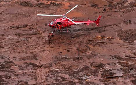 Uhrien etsintöihin on osallistunut tusinan verran pelastushelikoptereita.