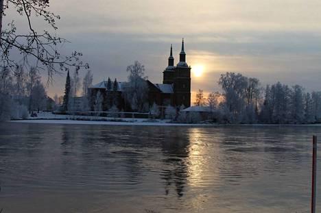 Matti Heinonen muistelee, miten pienenä poikana kirkko tarkoitti muun muassa katseen nostamista kaksoistornien ristien kautta taivaansineen.