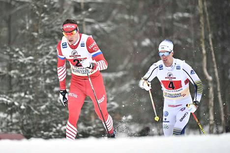 Venäjän Andrei Larkov (vas.) ja Ruotsin Calle Halvarsson hiihtivät viestin avausosuudella.