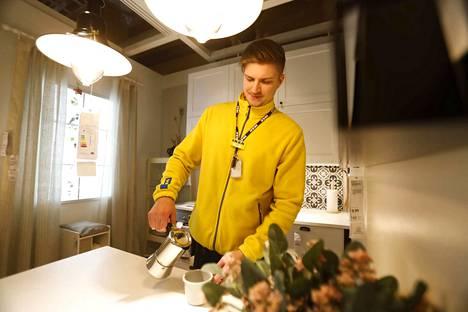 Opiskelija Jake Jokela saa työskentelystä Ikeassa hyötyä myös liiketalouden opintoihinsa. –Täällä pääsee käytännössä tekemään, mitä koulussa opiskellaan, hän sanoo.