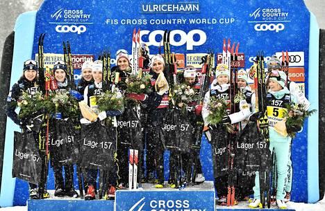 Ruotsi (oik.) oli naisten viestin kakkonen, Norja ylivoimainen voittaja, ja Suomen nelikko hiihti kolmospallille.