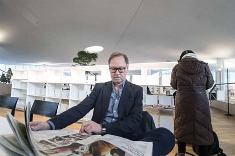 –Kun uutisia jaetaan jaluetaan sosiaalisessa mediassa, hämärtyy käsitys siitä, kuka uutisen on julkaissut, sanoo professori Esa Väliverronen. Hänen mukaansa valeuutiset eivät ole iso ilmiö Suomessa, jossa luotetaan vahvasti perinteiseen mediaan.