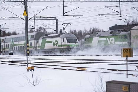 Junaliikenteessä on ongelmia vaihdevian ja radalle rikkoutuneen junan takia. Kuva arkistosta.