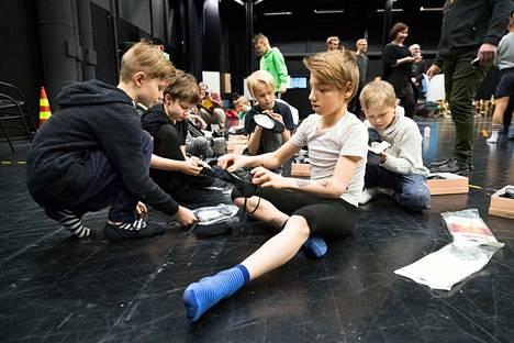 Billy Elliot -koulun oppilaat ja opettajat kokoontuivat ensimmäisen kerran helmikuussa. 2017 Aleksanteri Peltoselle (edessä) balettitossut olivat tuttu juttu, muilla riitti ihmeteltävää. Vasemmalla Ilmari Kujansuu, oikealla Akusti Mänttäri.