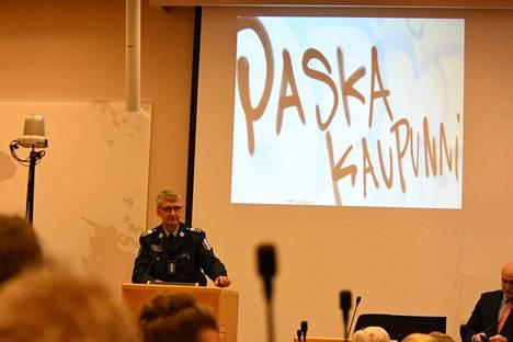 Apulaispoliisipäällikkö Arto Karnaranta otti esityksensä aluksi graffitin esiin.