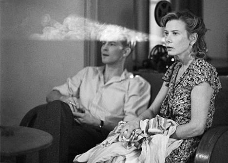 Olga (Julia Vysotskaja) on emigrantti ja Ranskan vastarintaliikkeen jäsen toisen maailmasodan vuosista kertovassa Paratiisi-elokuvassa.