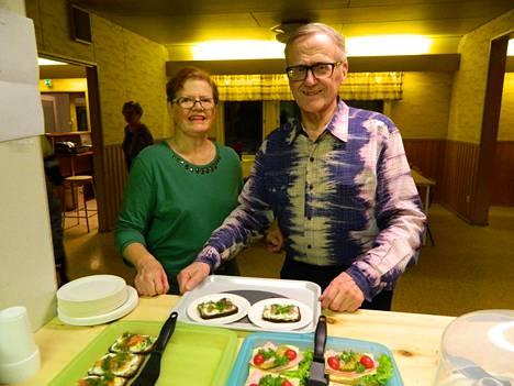 Tamperelaiset Maarit ja Tauno Lundström nauttivat tanssin lomassa kanttiinin tarjoiluista.