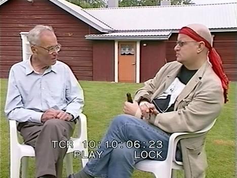Tämä kuvakaappaus on videolta, joka kuvattiin Kalle Päätalo -päivillä Taivalkoskella vuonna 1999. Siinä Kalle Päätalo ja Juice Leskinen keskustelevat oopperahankkeesta. Dokumenttia ei ole koskaan esitetty missään mediassa.