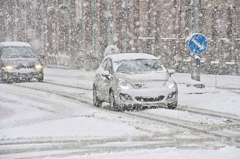 Näkyvyys tieliikenteessä on tänään huono, vaikka autonsa puhdistaisikin lumesta ennen liikkeellelähtöä.