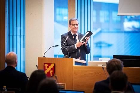 Pormestari Lauri Lyly esitteli Tampere valtuuston talousarviokokouksessa vuoden 2018 budjettia. Nyt tiedetään, että se oli liian optimistinen.