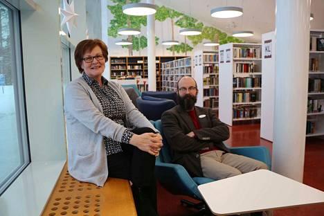 Mukavalta tuntuu! Kirjastotoimenjohtaja Marjut Tiisala ja musiikkiosaston johtaja Juha Heinänen koeistuivat uudet ikkunalaudan penkit ja lepotuolit. Ehkä kirjavinkkaustakin voitaisiin pitää näissä maisemissa.