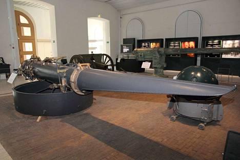 Kovan onnen torpedoputki on esillä Sotamuseon Maneesissa.