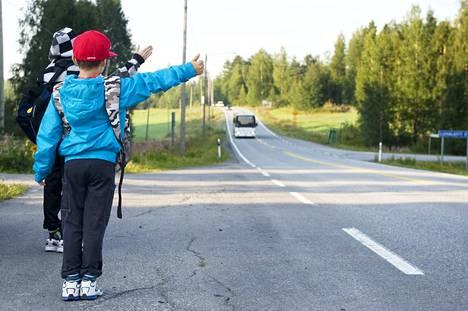 Lapset viettävät kirjoittajan mielestä liian pitkiä aikoja kouluautoissa.