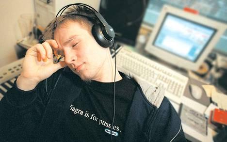 Juhlista väsynyt Darude kuvattiin kotonaan Turussa juuri Neo Recordsin levysopimuksen solmimisen jälkeen 13. tammikuuta 2000.