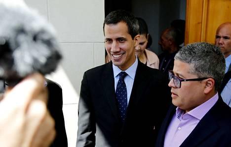 Venezuelan presidentiksi julistautunut Juan Guaidó (kesk.) saapui parlamentin istuntoon tiistai-iltana.